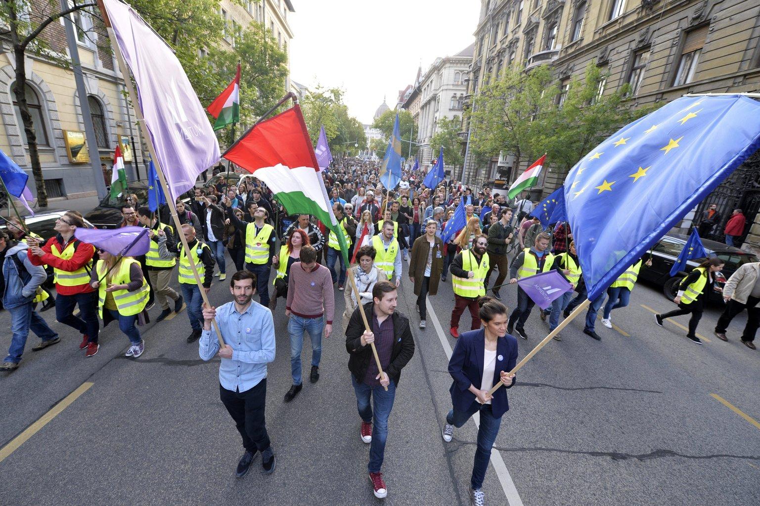 Fekete-Győr András, a Momentum Mozgalom elnöke (elöl, b) és résztvevők zászlókkal vonulnak a Momentum Mozgalom Európához tartozunk! jelmondattal meghirdetett demonstrációján, a Szabadság térről a Hősök terére 2017. május 1-jén. MTI Fotó: Balogh Zoltán