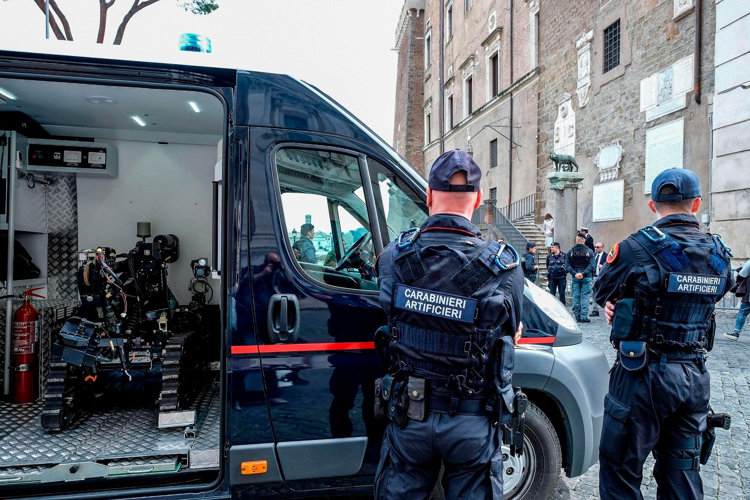 Robbanószert hatástalanító robottal rendőrök a római Capitolium-dombon elterülő Campidoglio téren, a városháza előtt a Római Szerződés aláírása 60. évfordulójának alkalmából rendezett római európai uniós csúcstalálkozó előtti napon, 2017. március 24-én. Az EU elődjét, az Európai Gazdasági Közösséget, a Közös Piacot létrehozó dokumentumot 1957. március 25-én írta alá az olasz fővárosban az alapító hat állam. (MTI/EPA/Alessandro Di Meo)