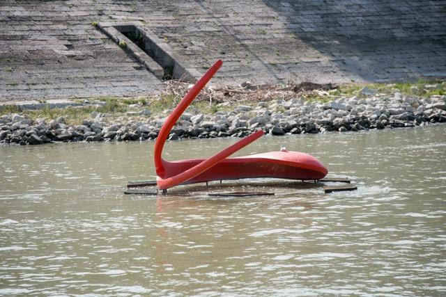 Úszó szobrok a Dunán.