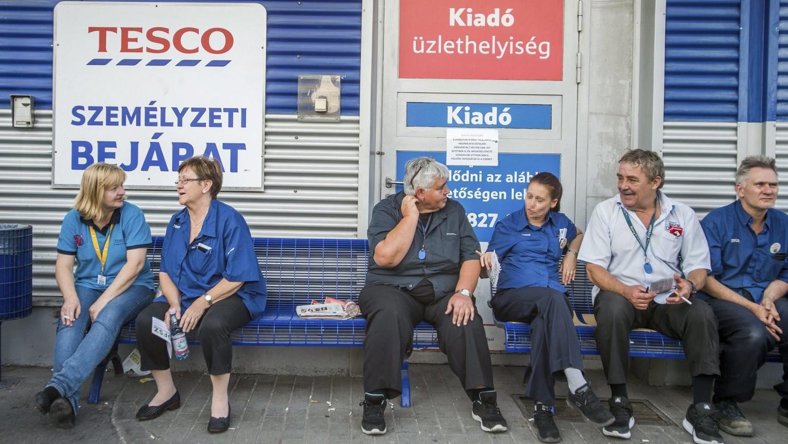 Sztrájkol a Fogarasi úti Tesco áruház dolgozóinak egy része a Zuglói hipermarket személyzeti bejáratnál 2017. szeptember 8-án (MTI Fotó: Balogh Zoltán)