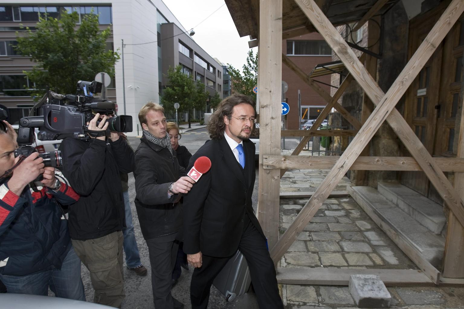 Budapest, 2010. május 17. Televíziós riporterek, operatőrök és fotóriporterek kísérik Lelovics Ottó kommunikációs szakembert (jobbról), amint távozik a Budai Központi Kerületi Bíróság (BKKB) épületéből. Előzetes letartóztatásba helyezte a BKV-ügyben meggyanúsított Hagyó Miklós volt szocialista országgyűlési képviselőt és főpolgármester-helyettest a BKKB. Hagyó volt szóvivőjét, Horváth Évát, illetve Lelovics Ottót ugyanakkor az ügyészség letartóztatási indítványától eltérően házi őrizetbe helyezte a bíróság. A Budapesti Rendőr-főkapitányság (BRFK) tájékoztatása szerint Hagyó Miklóst azzal gyanúsítják, hogy közvetlenül vagy közvetítőin - H. Éván, L. Ottón és H. Ivánon - keresztül utasításokat adott a BKV vagyongazdálkodási kötelezettséggel rendelkező egyes vezetőinek, hogy a közlekedési vállalat számára szükségtelen szerződéseket kössenek. MTI Fotó: Szigetváry Zsolt
