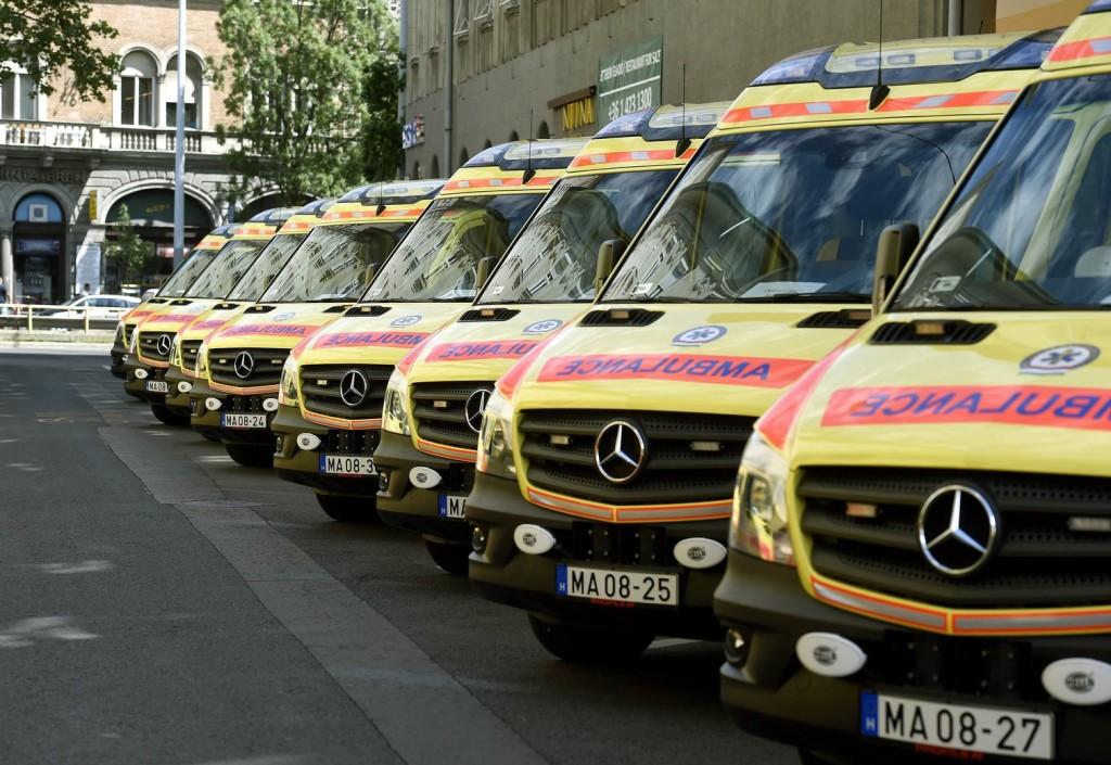 Száz új mentőautót vesz a kormány