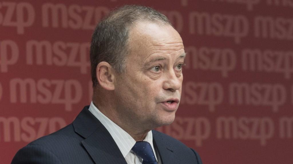Az MSZP-s Szanyi megszabdalná a déli határkerítést