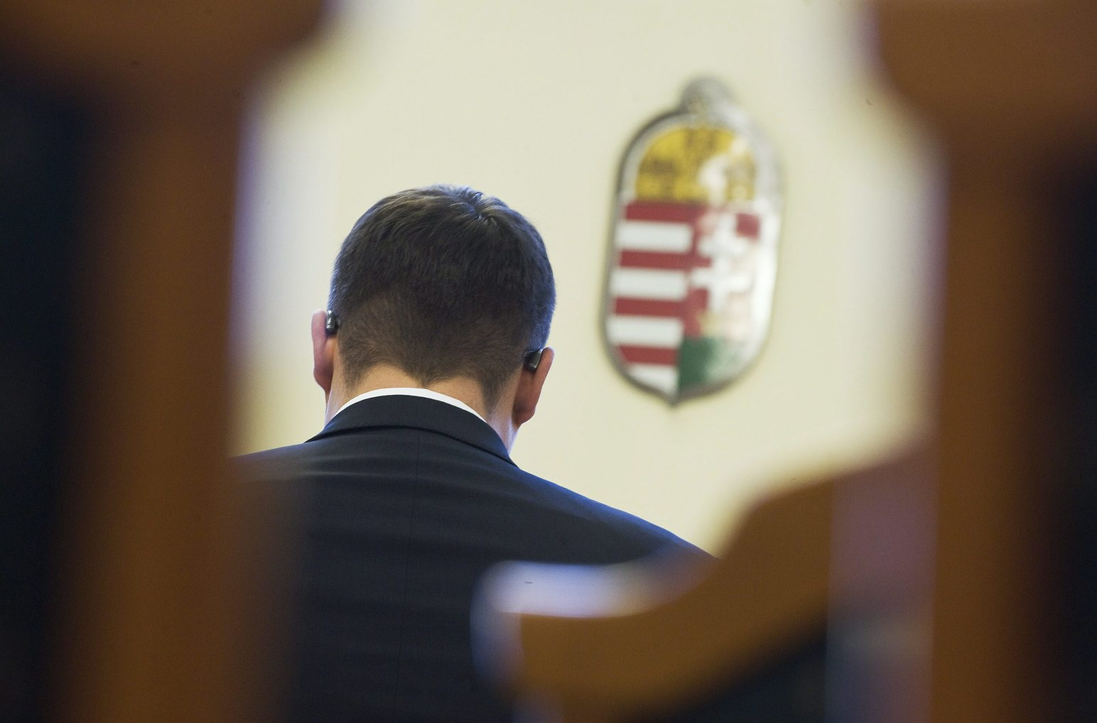 Kecskemét, 2012. október 2. Hagyó Miklós, Budapest egykori szocialista főpolgármester-helyettese (háttal) ül a vádlottak padján a Kecskeméti Törvényszék tárgyalótermében az ellene és 14 társa ellen folyó büntetőper tárgyalásán 2012. október 2-án. MTI Fotó: Ujvári Sándor