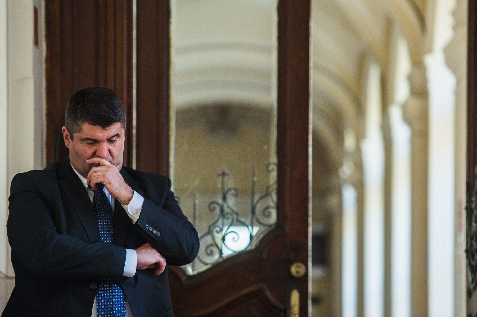 Kecskemét, 2015. november 12. Hagyó Miklós, Budapest egykori szocialista főpolgármester-helyettese az ellene és 14 társa ellen hűtlen kezelés bűntette és más bűncselekmények miatt folytatott büntetőper tárgyalásának szünetében a Kecskeméti Törvényszék folyosóján 2015. november 12-én. Az ügyész perbeszédében nyolc vádlottra kért fegyházbüntetést. MTI Fotó: Ujvári Sándor
