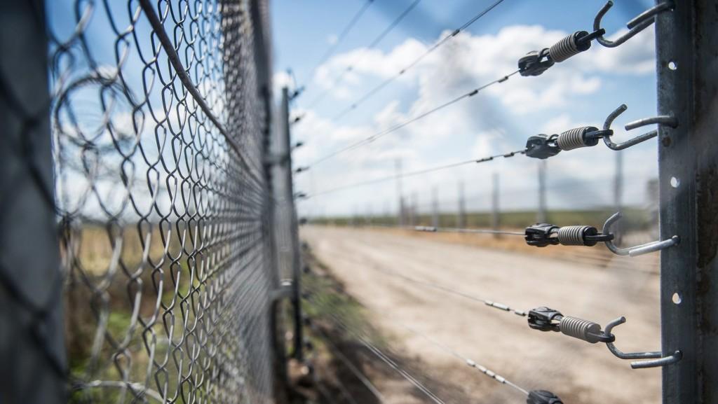 Hollik: Nemzeti alapon működő határvédelemre van szükség