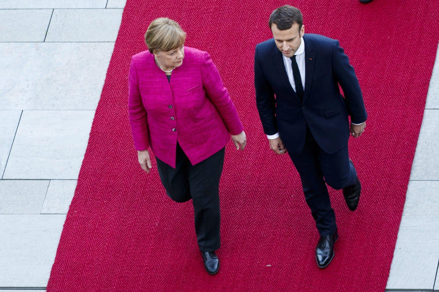 Berlin, 2017. május 15. Angela Merkel német kancellár (b) és Emmanuel Macron új francia államfő a berlini kancellári hivatal előtt tartott fogadási ünnepségen 2017. május 15-én. A hivatalába előző nap beiktatott Emmanuel Macronnak a berlini az első hivatalos útja elnökként. (MTI/EPA/Carsten Koall)