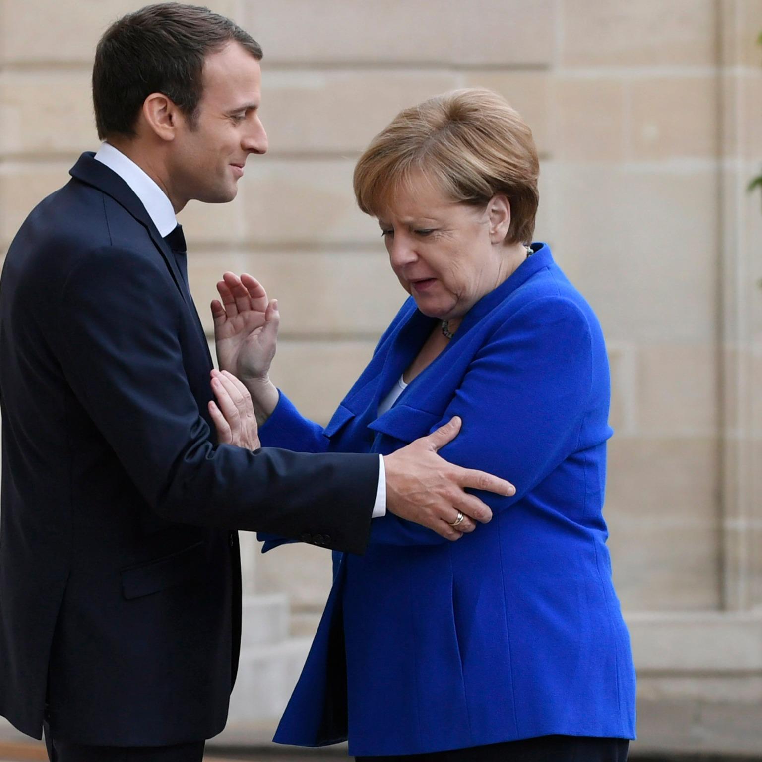 Párizs, 2017. július 13. Emmanuel Macron francia elnök (b) fogadja Angela Merkel német kancellárt a párizsi államfői rezidencián, az Elysée-palotában 2017. július 13-án. (MTI/EPA/Julien De Rosa)