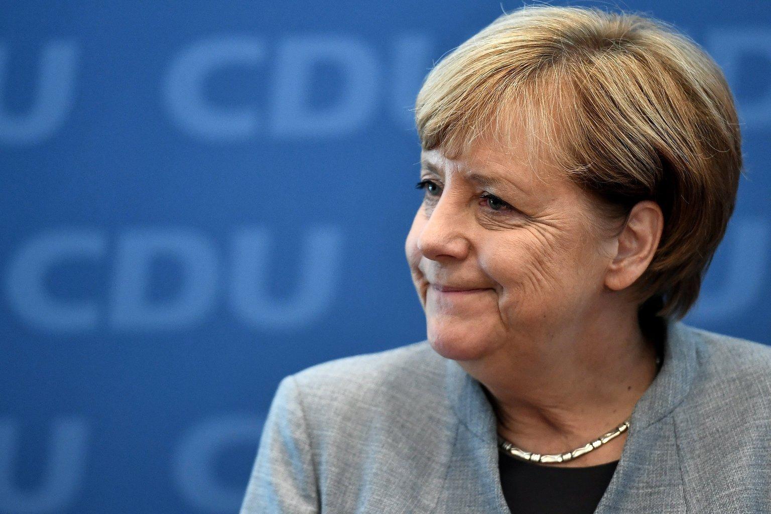 Berlin, 2017. szeptember 25. A német parlamenti választásokon győztes Angela Merkel német kancellár, a Kereszténydemokrata Unió, a CDU elnöke és kancellárjelöltje a párt elnökségi ülésén Berlinben 2017. szeptember 25-én, a választások másnapján. A CDU és a Keresztényszociális Unió, CSU alkotta jobbközép pártszövetség a szavazatok 33 százalékát szerezte meg, a legtöbb mandátumot biztosítva ezzel a szövetségi parlamentben. (MTI/EPA/Christian Bruna)