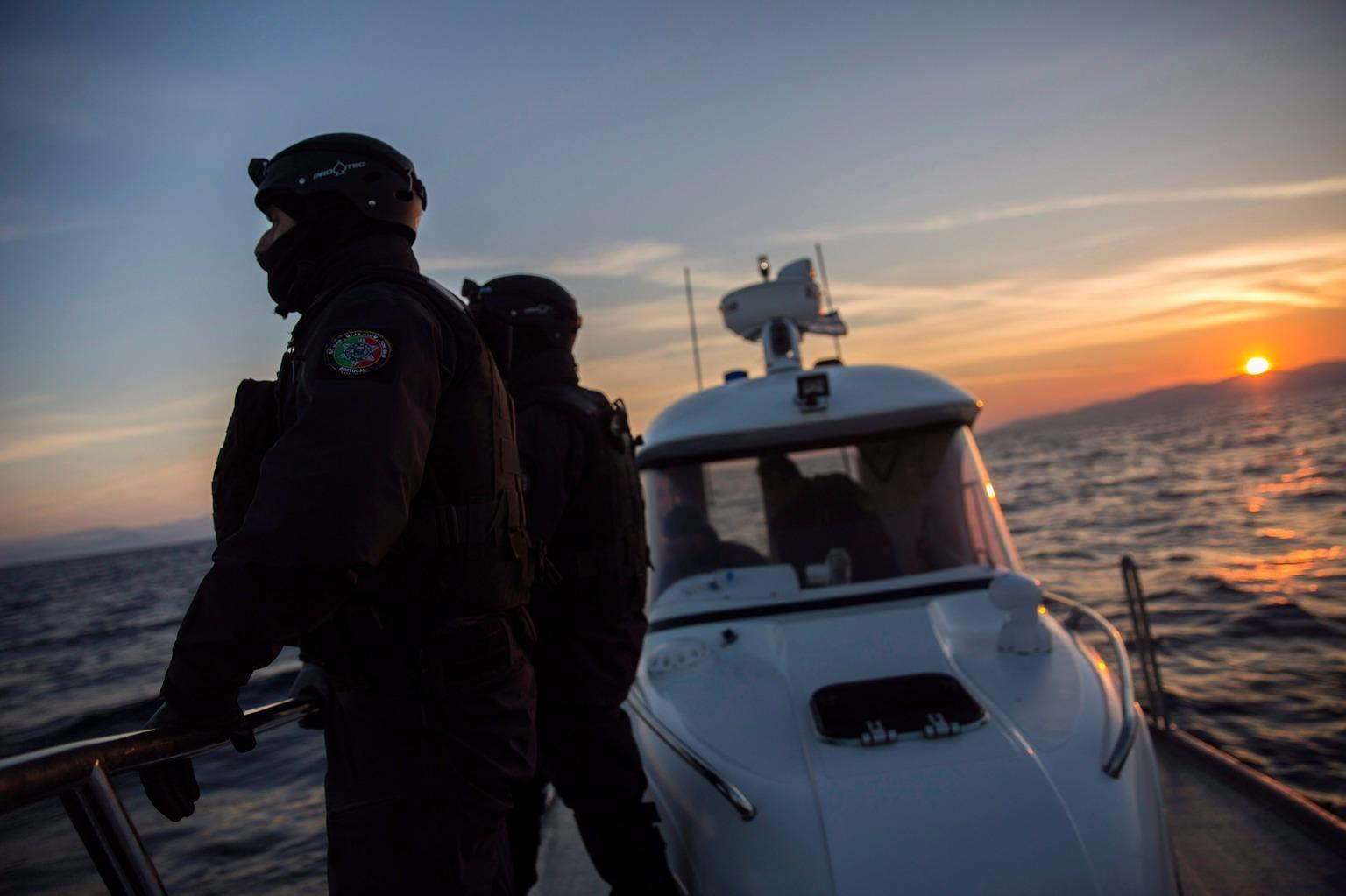 A Frontex portugál hajójának legénysége Leszbosz görög sziget partjai előtt járőrözik 2015. december 8-án. (Fotó: MTI/AP/Santi Palacios)