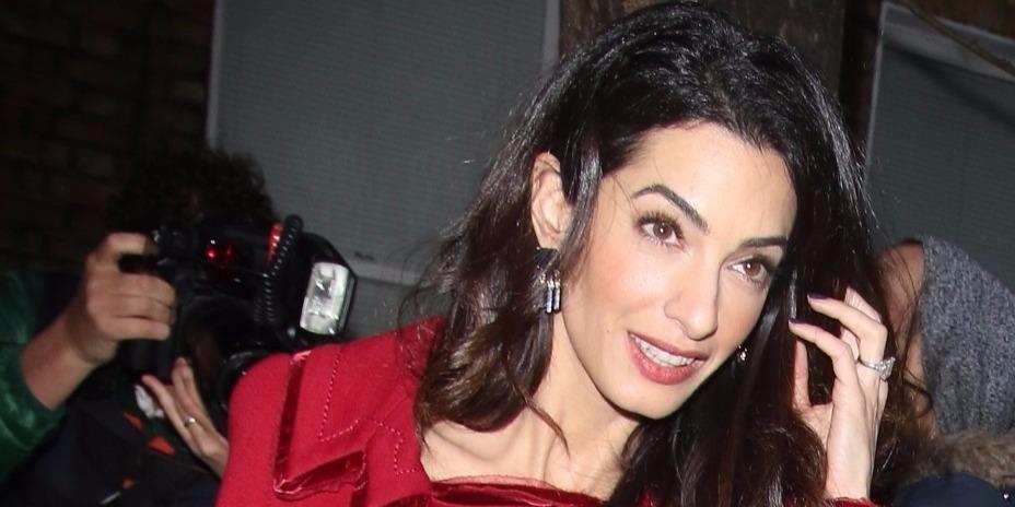 Lehengerlő: Amal Clooney visszaváltott ügyvédnő üzemmódba