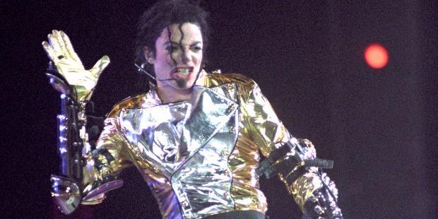 Borsos áron kaparintotta meg egy rajongó Michael Jackson kesztyűjét