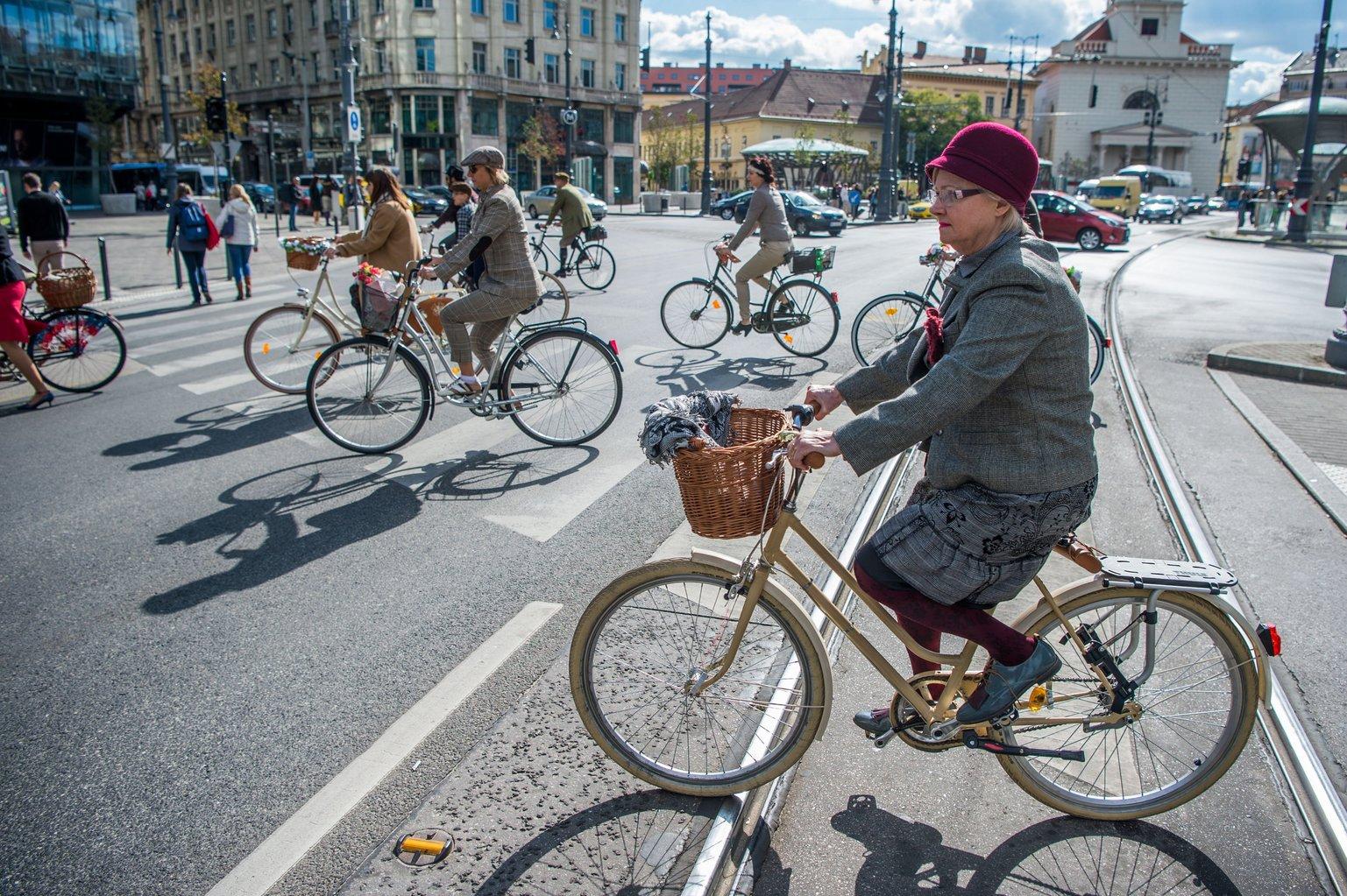 A Tweed Run Budapest baráti társaság múltidéző kerékpáros felvonulásának résztvevői a belvárosi Kálvin téren 2017. október 7-én. MTI Fotó: Balázs Attila