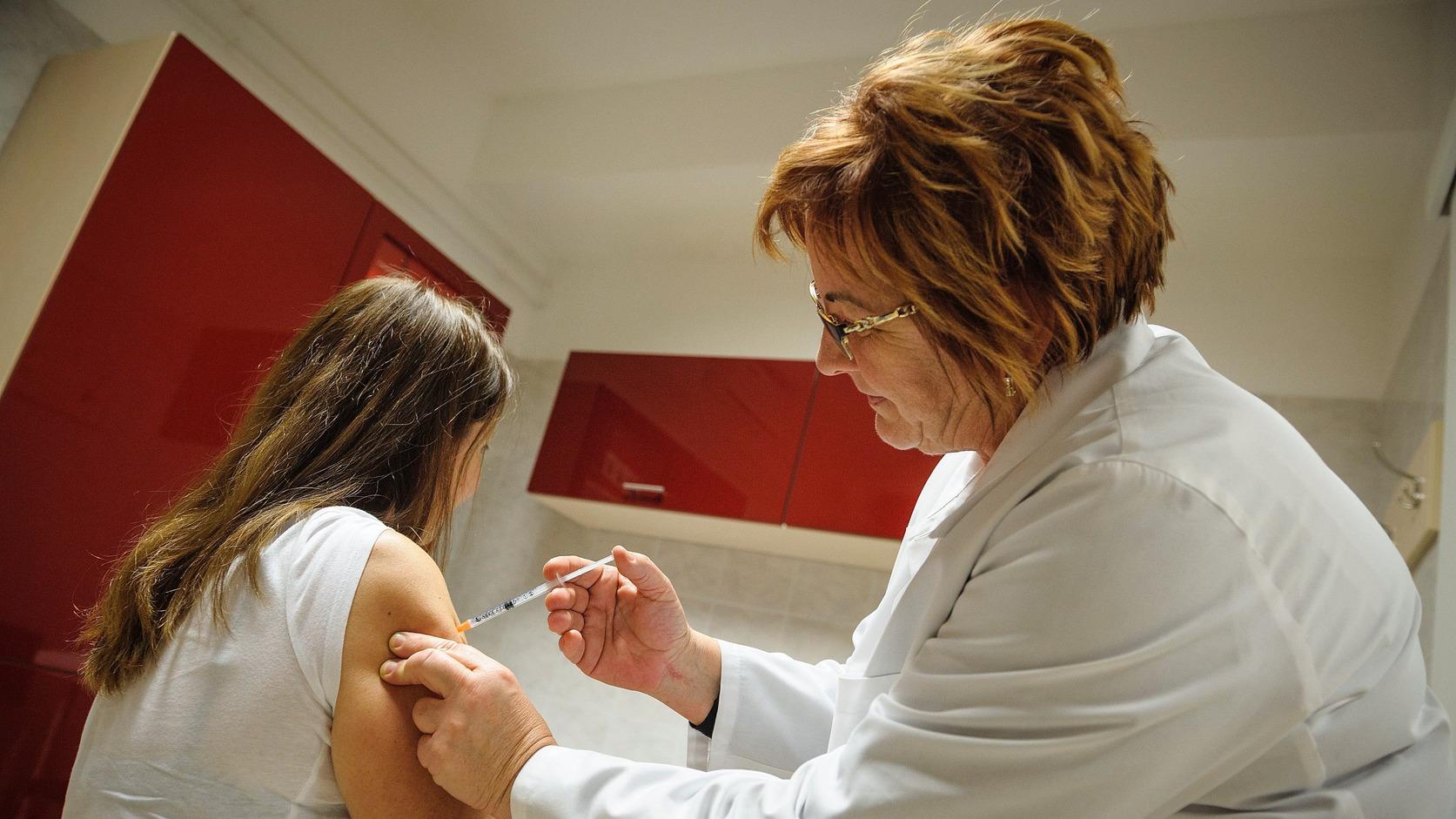 Dézsi Ágnes háziorvos influenza elleni védőoltást ad be egy páciensnek Debrecenben 2016. november 23-án. Az idei szezonban a 60 éven felüliek és a rizikócsoportba tartozók védőoltásához 1,3 millió adag térítésmentes influenza elleni oltóanyag áll rendelkezésre. MTI Fotó: Czeglédi Zsolt