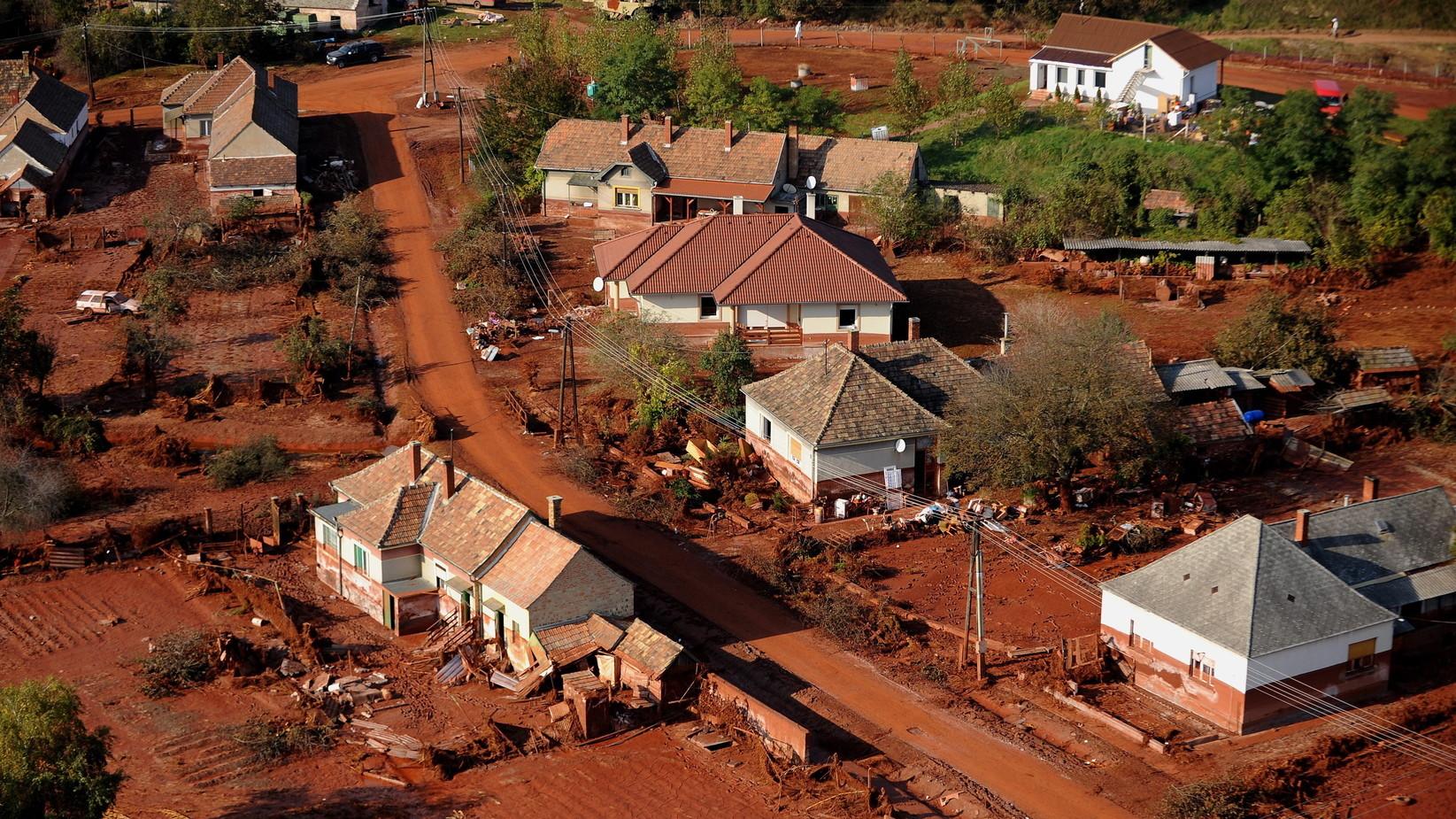 Kolontár, 2010. október 12. Kolontár a vörösiszap fogságában. A Magyar Alumínium Termelő és Kereskedelmi Zrt. (MAL Zrt.) Ajka melletti tározójának átszakadt gátjánál 2010 október 4-én mintegy egymillió köbméternyi vörösiszap ömlött ki a gátszakadás miatt. A katasztrófa három települést - Devecser, Kolontár, Somlóvásárhely - érint, közel 40 ezer négyzetkilométeres terület lakossága és élővilága van veszélyben. MTI Fotó: H. Szabó Sándor