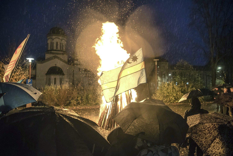 Őrtűz ég Csíkszeredában, a Mikó-vár előtti téren 2017. október 29-én este. Közös imára és őrtüzek gyújtására hívta október 29-re Székelyföld népét Izsák Balázs, a Székely Nemzeti Tanács (SZNT) elnöke. MTI Fotó: Veres Nándor