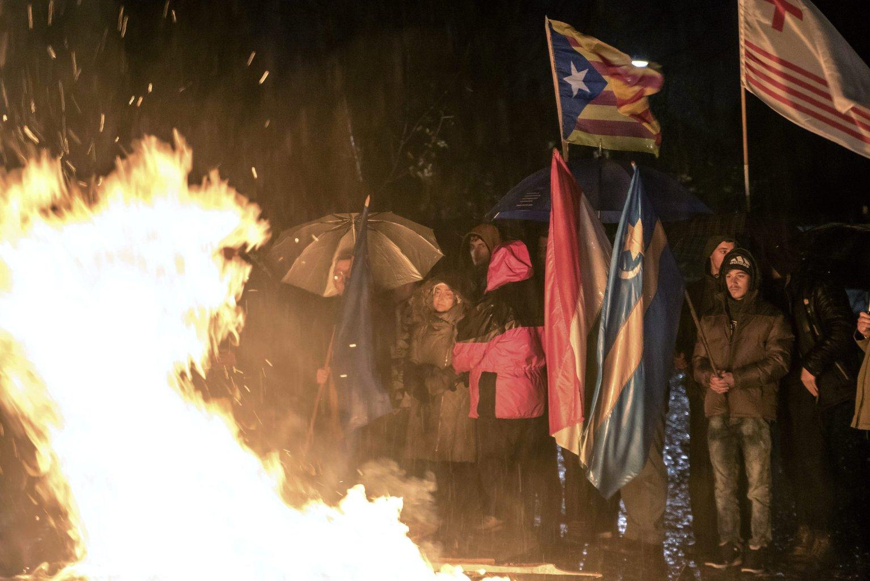 Csíkszereda, 2017. október 29. A székely és a magyar zászló, valamint Partium és Katalónia zászlaja a résztvevők kezében a Mikó-vár előtti téren gyújtott őrtűz mellett Csíkszeredában 2017. október 29-én este. Közös imára és őrtüzek gyújtására hívta október 29-re Székelyföld népét Izsák Balázs, a Székely Nemzeti Tanács (SZNT) elnöke. MTI Fotó: Veres Nándor