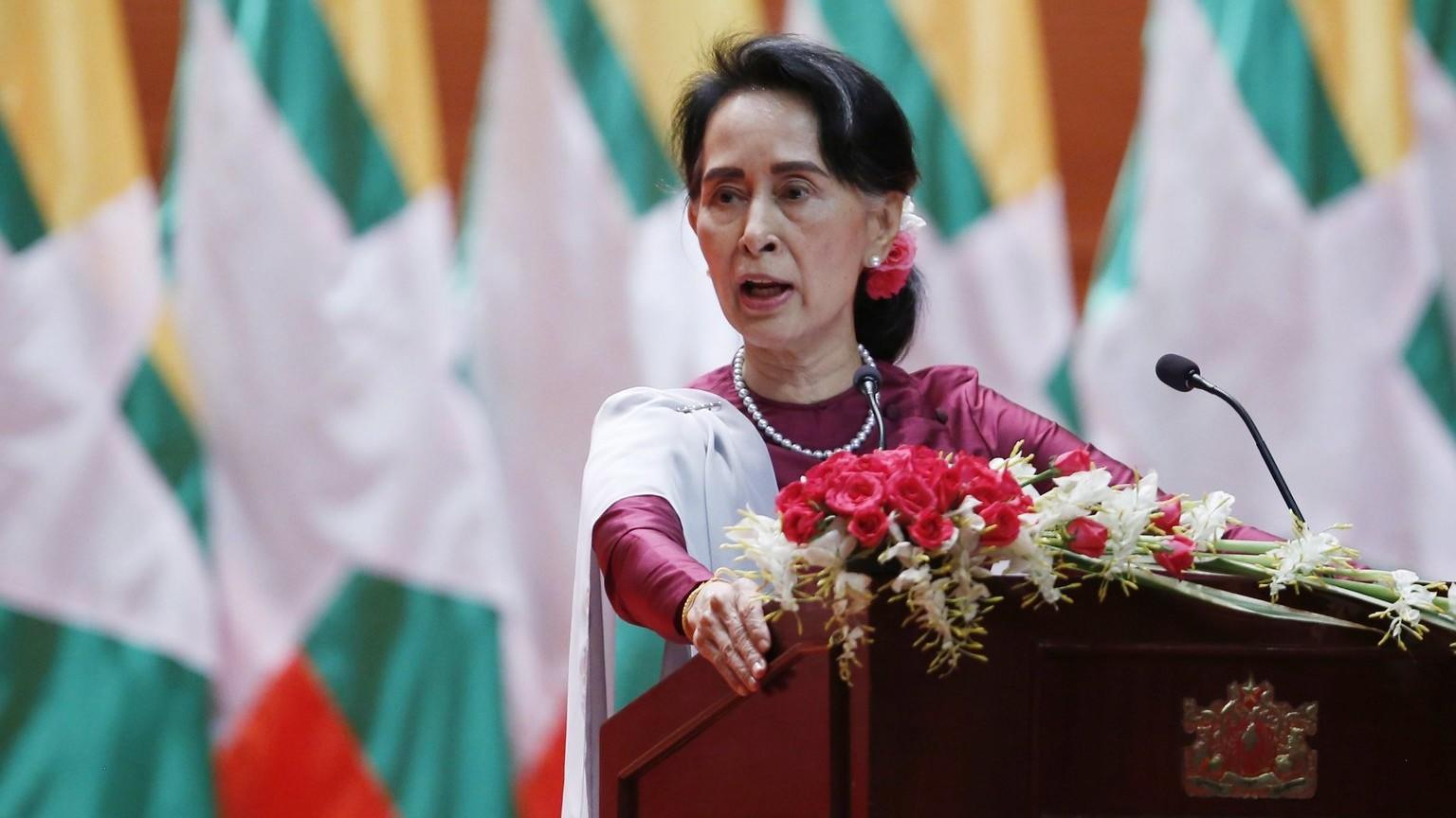 Az állami tanácsadóként miniszterelnöki feladatokat ellátó Aung Szan Szú Kji mianmari külügyminiszter (Fotó: MTI/EPA/Hein Htet)