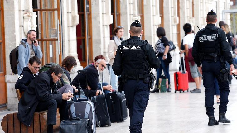 Késsel támadt a járókelőkre egy férfi Marseille-ben