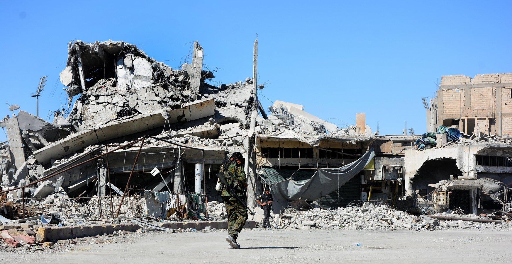 Rommá vált épületek a kelet-szíriai Rakkában 2017. október 18-án. Előző nap az Egyesült Államok vezette szövetségesek által támogatott arab-kurd Szíriai Demokratikus Erők (SDF) fegyveresei visszafoglalták a várost az Iszlám Állam dzsihadista szervezettől. Az SDF június 6-án indította meg a Rakka és környéke felszabadítását célzó ostromát, amelyben 3250 ember, köztük legalább 1130 civil vesztette életét. (MTI/EPA/Juszef Rabi Juszef)