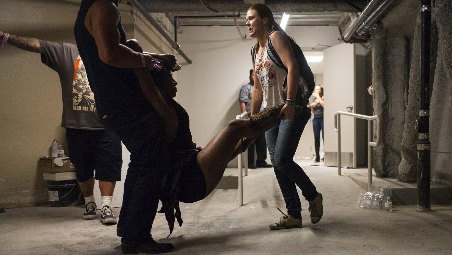 Sebesült férfit visznek a Las Vegas-i Tropicana szállodában 2017. október 1-jén, miután több embert meglőtt egy fegyveres - a legfrissebb jelentés szerint, amely egy kórházi szóvivőre hivatkozik, az incidensnek két halálos és 24 sebesült áldozata van; az elkövetőt a rendőrök lelőtték (Fotó: MTI/AP/Las Vegas Review-Journal/Chase Stevens)