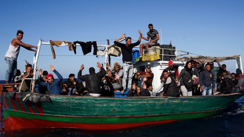 Több mint kétszáz migránst mentettek ki két lélekvesztőről a máltai hatóságok