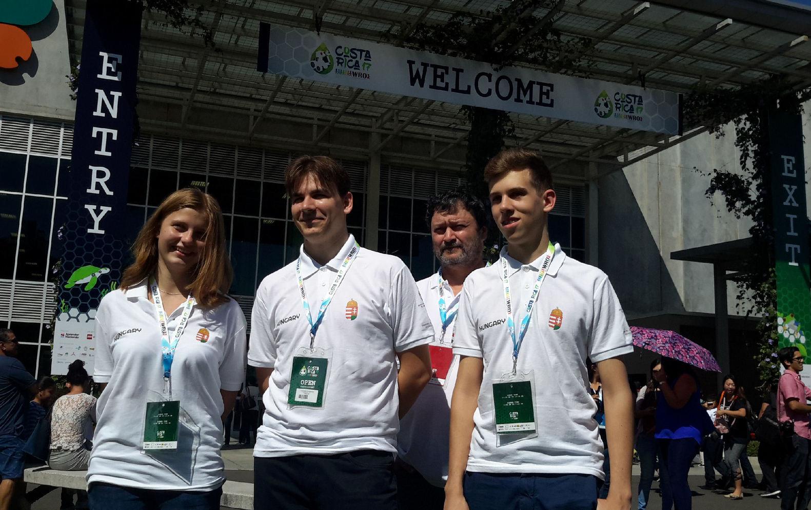 Mihalik Dániel, Nyíri Anna Eszter és Szakali Benedek 10-12. osztályos tanulók a WRO robotika világbajnokságon.