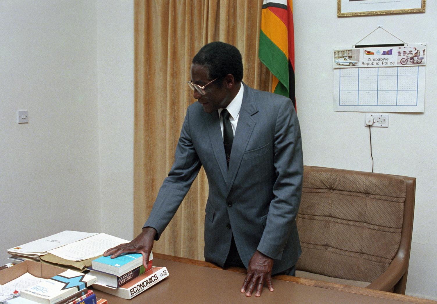 Harare, 1985. október 3. Robert Mugabe miniszterelnök irodájában. A Zimbabwei Köztársaság elnöke Losonczi Pállal, az Elnöki Tanács elnökével találkozott október 3-án. A magyar vezető hivatalos baráti látogatáson tartózkodik Zimbabwéban. MTI Fotó: Szebellédy Géza