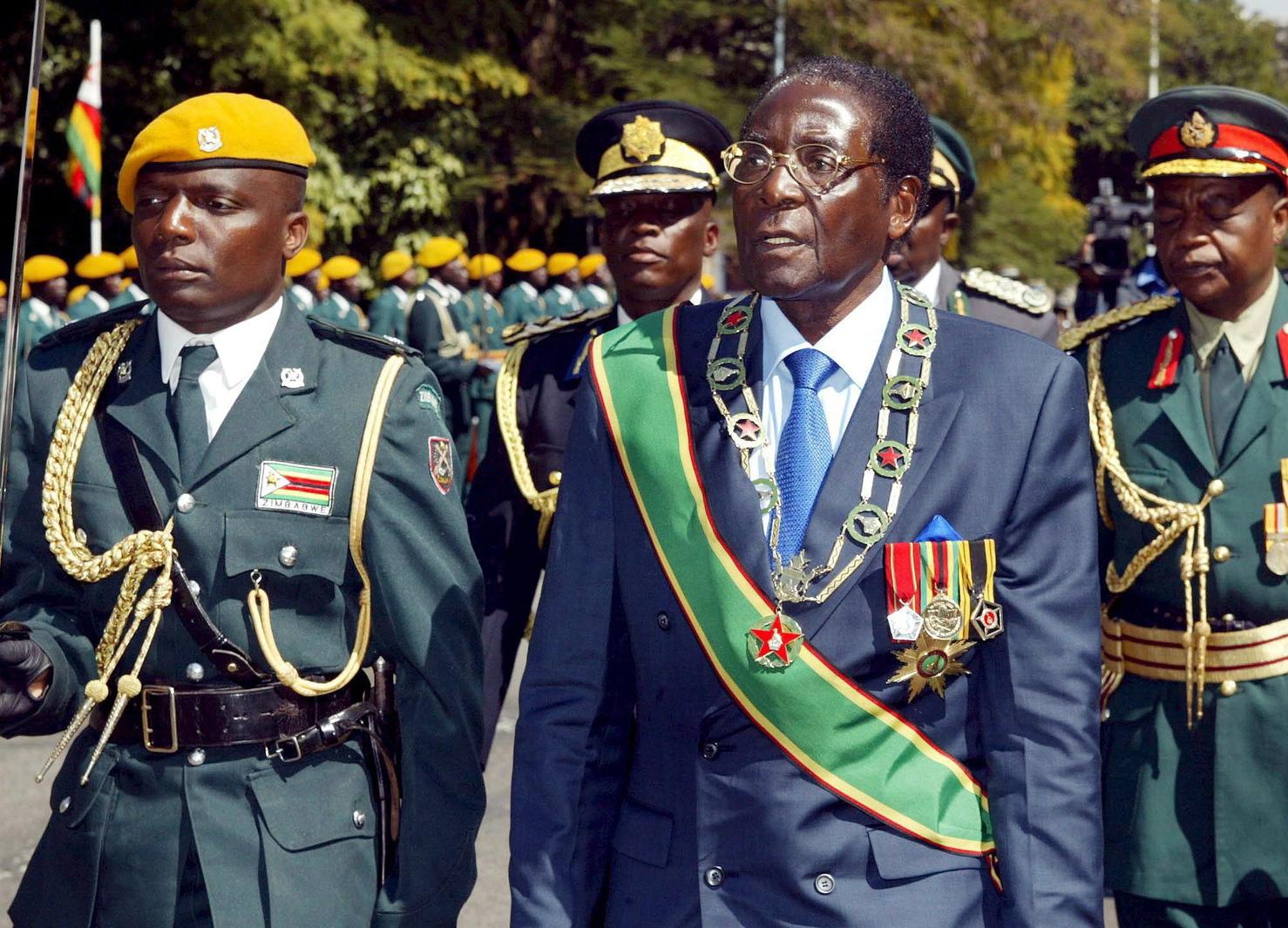 Harare, 2007. július 24. Robert MUGABE zimbabwei elnök (j) ellép a díszőrség előtt 2007. július 24-én a parlament harmadik ülésszakának hivatalos megnyitóján. Mugabe kijelentette: célja továbbra is a világ legmagasabb inflációjával küszködő ország kis- és nagykereskedelmi árainak letörése, nem pedig az áruhiány fokozása. (MTI/EPA/BISHOP ASARE)
