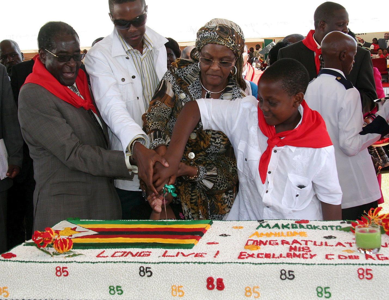 Chinhoyi, 2009. február 28. Robert MUGABE zimbabwei elnök (b) felvágja idősebb fia, Russell, neje, Grace és kisebbik fia Chatunga társaságában a 85. születésnapjára kapott 80 kg-os ünnepi tortát a fővárostól száz kilométerre északnyugatra fekvő szülővárosában, Chinhoyiban 2009. február 28-án. (MTI/EPA/Aaron Ufumeli)