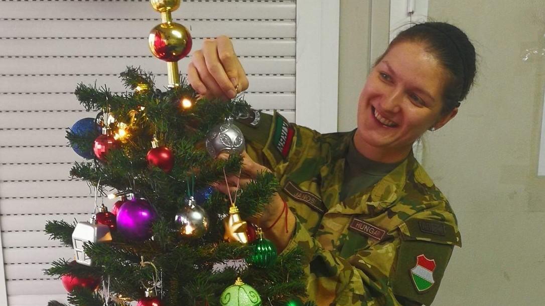 Jánosi Eszter hadnagy készül az első idegenben töltött karácsonyra – Forrás: HM Sajtóosztály
