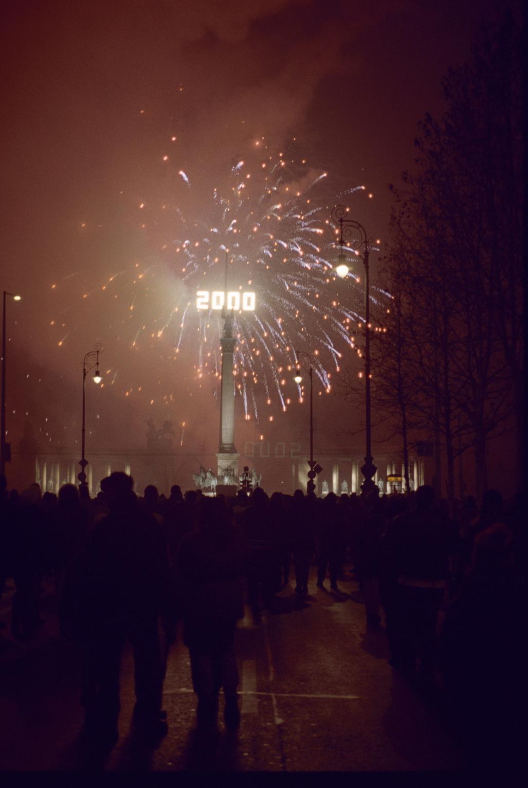 Budapest, 2000. január 1. Tűzijáték a Hősök terén. Az évezred első napján az Országos Idegenforgalmi Hivatal szervezésében tűzijátékot és lézershow-t rendeztek a Hősök terén, ahol két színpadon szórakoztatták különböző zenekarok az ünneplőket. MTI Fotó: Földi Imre