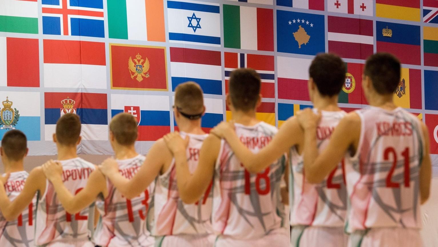 A magyar csapat hallgatja a Himnuszt a Magyarország - Törökország férfi kosárlabda mérkőzés előtt a 14. nyári Európai Ifjúsági Olimpiai Fesztiválon (EYOF) a győri Bercsényi Miklós Közlekedési és Sportiskolai Szakgimnáziumban 2017. július 24-én. MTI Fotó: Balogh Zoltán