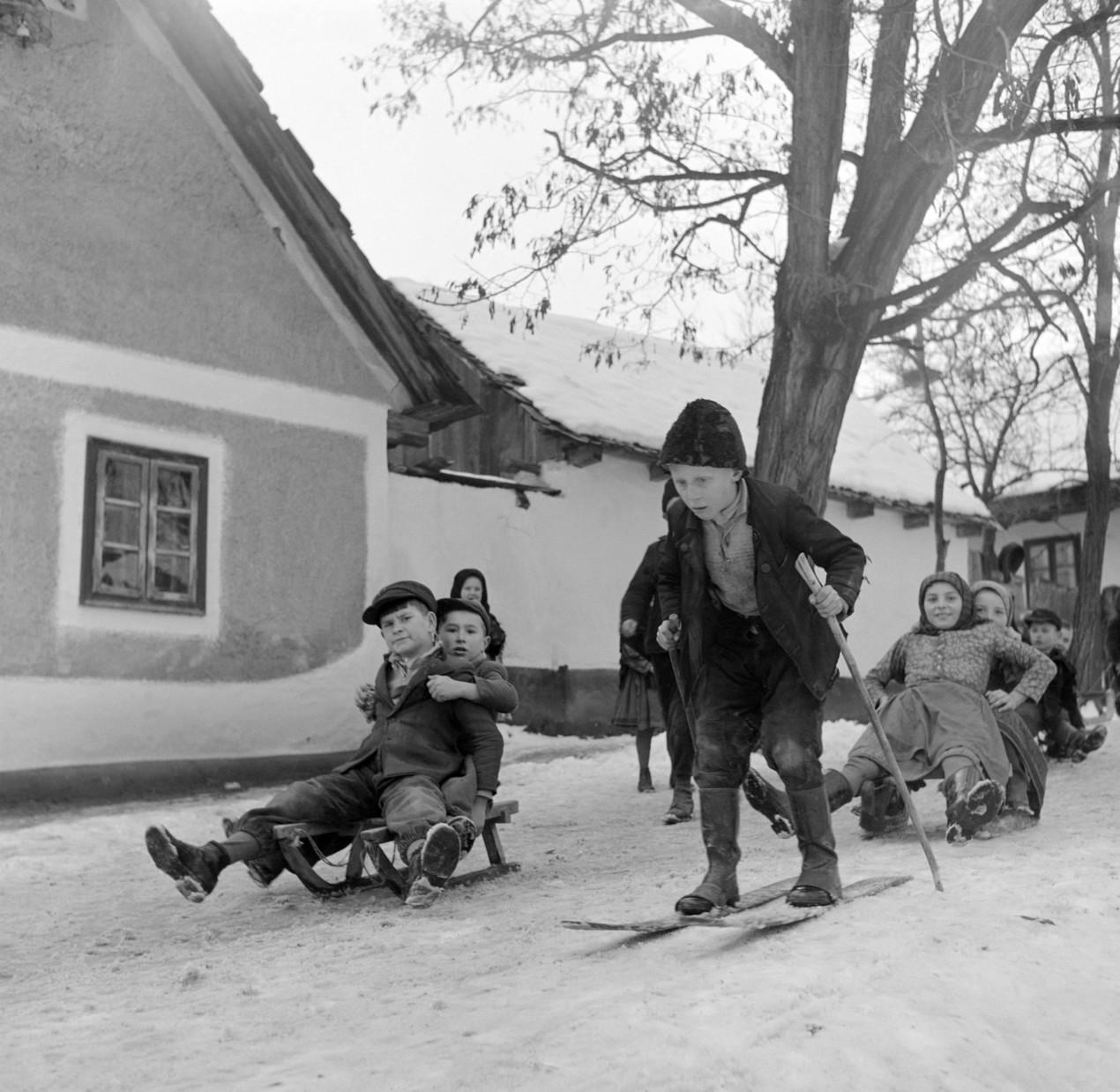 Püspökhatvan, 1955. január 14. Szánkóznak és síelnek a gyerekek a falu egyik utcáján. MTI Fotó/Magyar Fotó: Samai Antónia-Munk Tamás