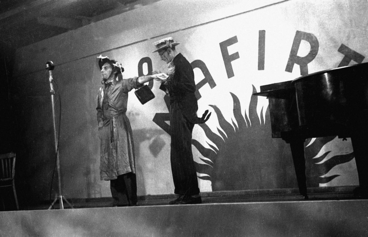 Budapest, 1945. december 29. Latabár Árpád (j) és Latabár Kálmán(b) színművészek a Magyar Filmiroda Rt. (MAFIRT) kabaré műsorában szerepelnek. A MAFIRT szervezésében a háború után először mutattak be szilveszteri műsort. MTI Fotó/MAFIRT: -