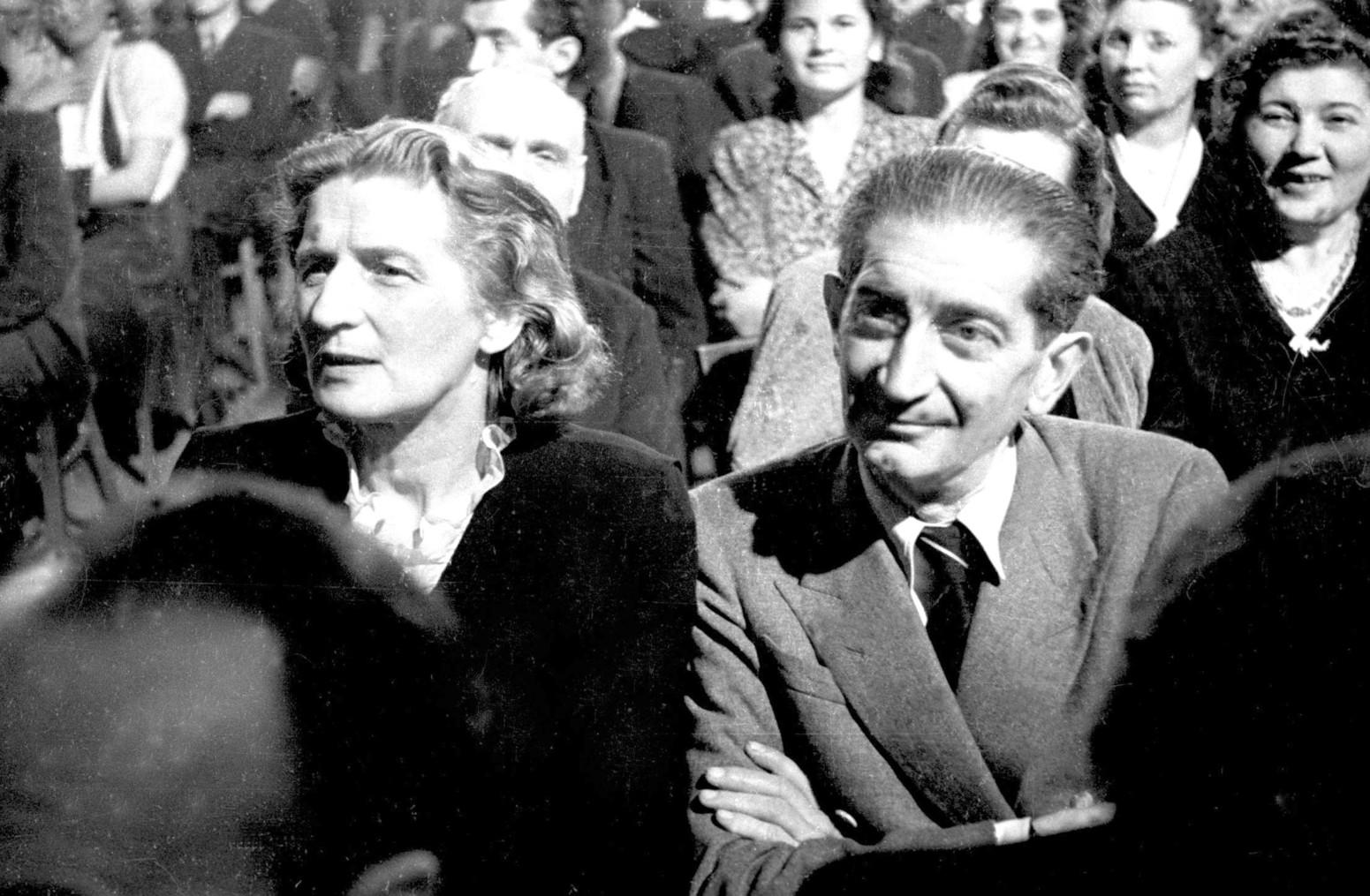 Budapest, 1945. december 29. Résztvevők szórakoznak a Magyar Filmiroda Rt. (MAFIRT) háború utáni először rendezett szilveszteri műsorán. MTI Fotó/MAFIRT: -