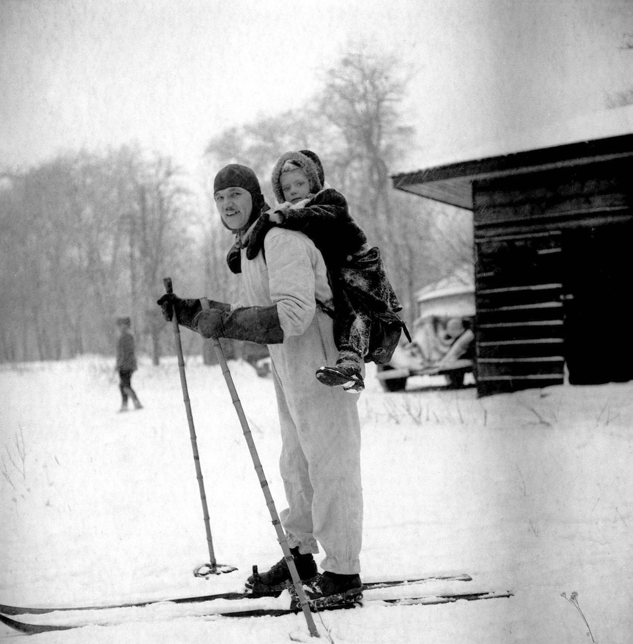 Budapest, 1947. január 26. Síelő apuka, hátán a hátizsákba kapaszkodó gyermekével sportol, a Svábhegyen. MTI Fotó/MAFIRT: Kovács Attila