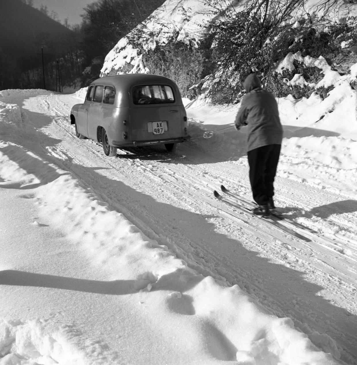 Bánkút, 1957. január 21. Tamás József, a DIMÁVAG dolgozója jöringezve - gépkocsival húzatva - síel a bánkúti turistaházhoz. MTI Fotó: Bereth Ferenc