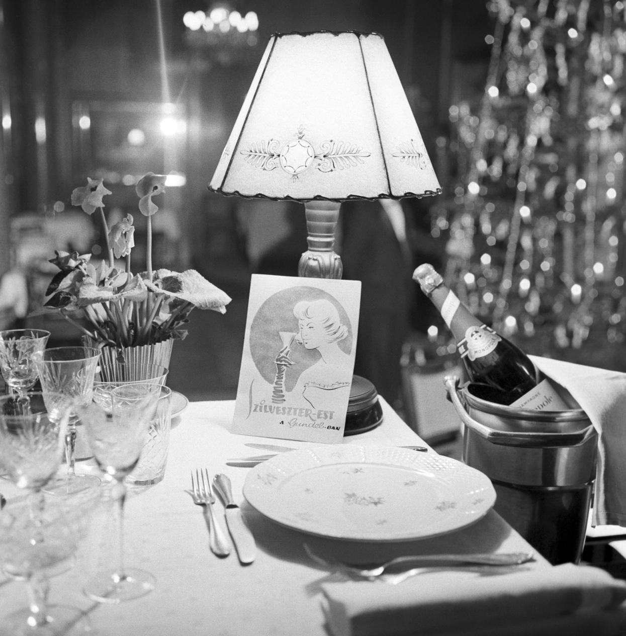 Budapest, 1959. december 30. Szilveszteri vacsorához terített asztal, jégbehűtött pezsgővel a Gundel étteremben. MTI Fotó: Bereth Ferenc