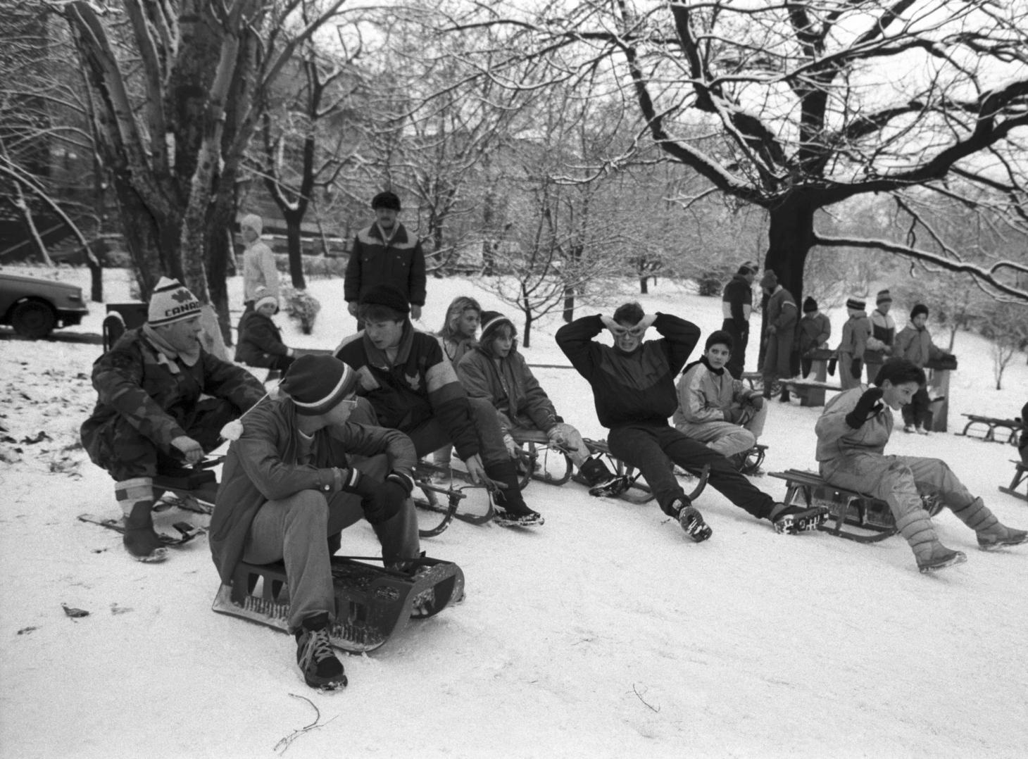 Budapest, 1990. december 8. Szánkózó fiatalok a Tabánban. MTI Fotó: Talum Attila