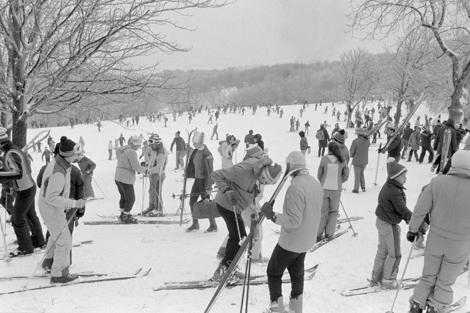 Budapest, 1980. november 30. Síelők tömege a sportol a Normafánál a novemberi télben. MTI Fotó: Tóth Gyula