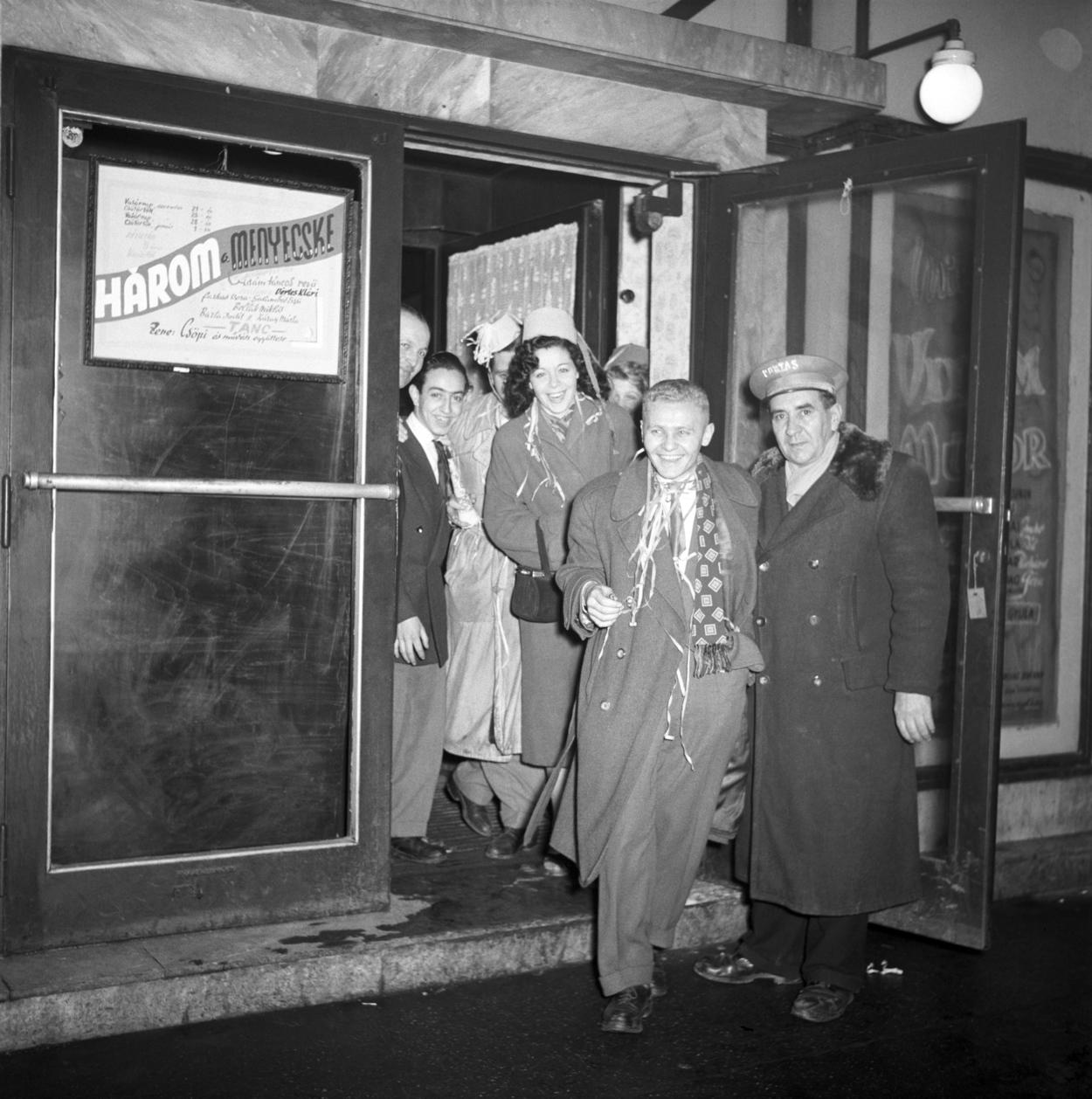 Budapest, 1953. január 1. Fiatalok csoportja a Budapest Kávéházból jön ki szilveszter éjjelén. MTI Fotó/Magyar Fotó: Farkas Tamás