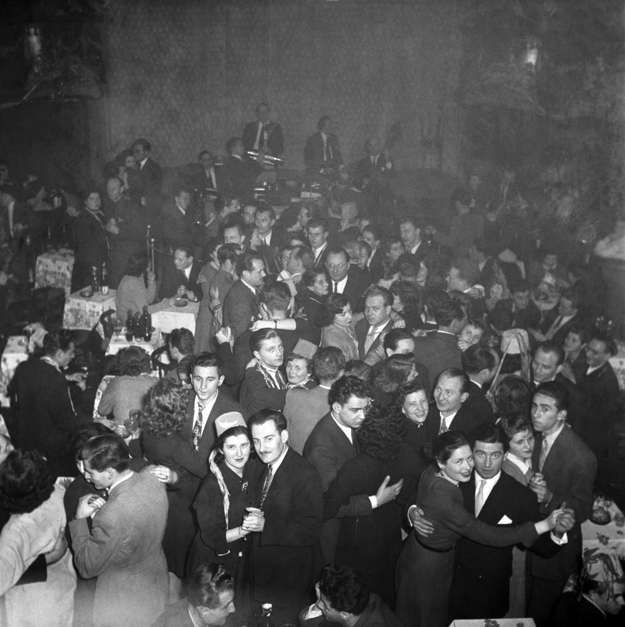 Budapest, 1953. január 1. Fiatalok táncolnak a Budapest Kávéházban szilveszter éjszaka. MTI Fotó/Magyar Fotó: Farkas Tamás