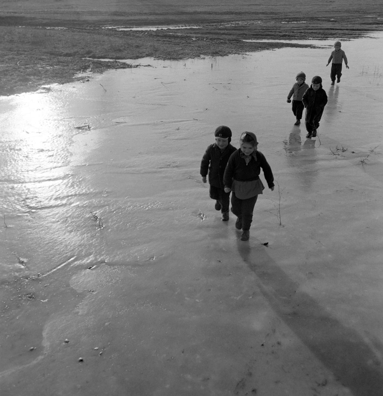 1965. január 12. Tanyasi gyerekek mennek a lefagyott belvizi területen. MTI Fotó: Fehérváry Ferenc