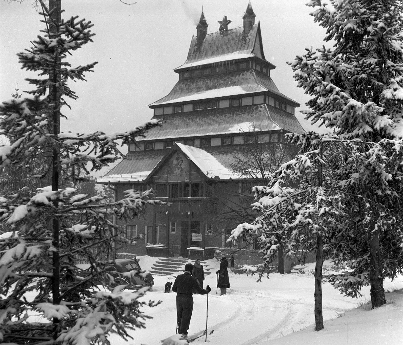 Mátraháza, 1954. január 2. Téli élet a mátraházai Sportszálló körül. Magyar Fotó: Járai Rudolf
