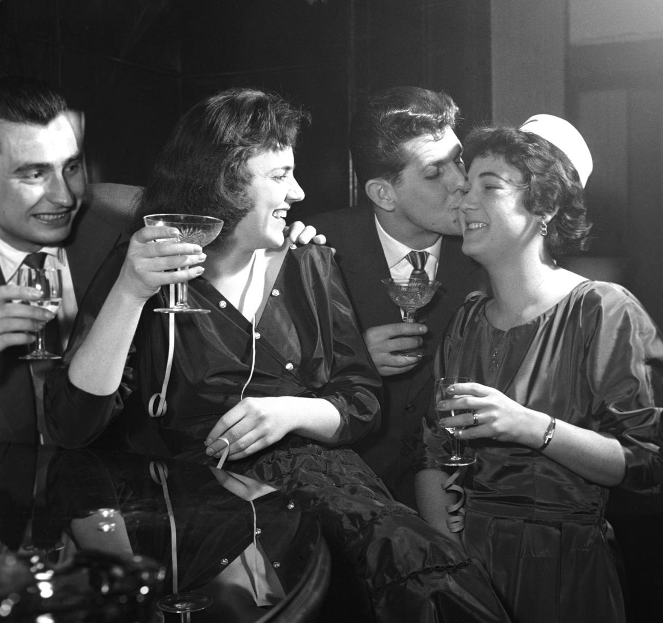 Budapest, 1958. január 1. Szilveszterezők mulatoznak, italoznak a budapesti Ristol bárban. MTI Fotó: Molnár Edit