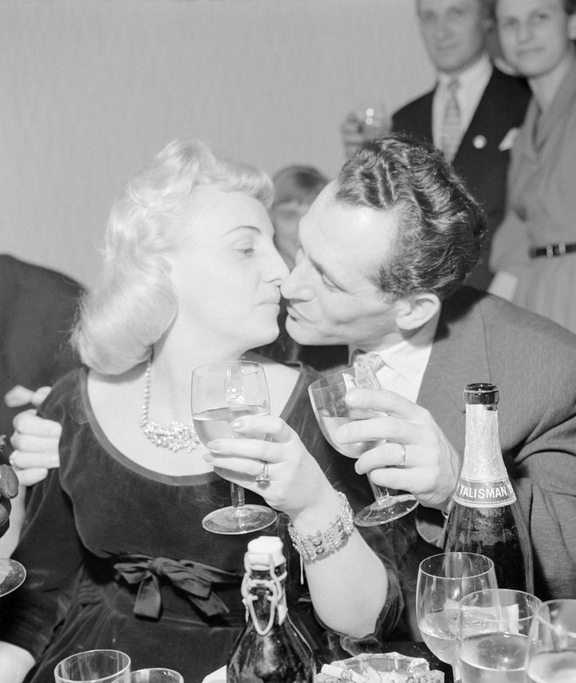 Budapest, 1960. január 2. Egy fiatal pár koccintással és csókkal köszönti egymást újévkor a Budapest kávéházban. MTI Fotó: Molnár Edit