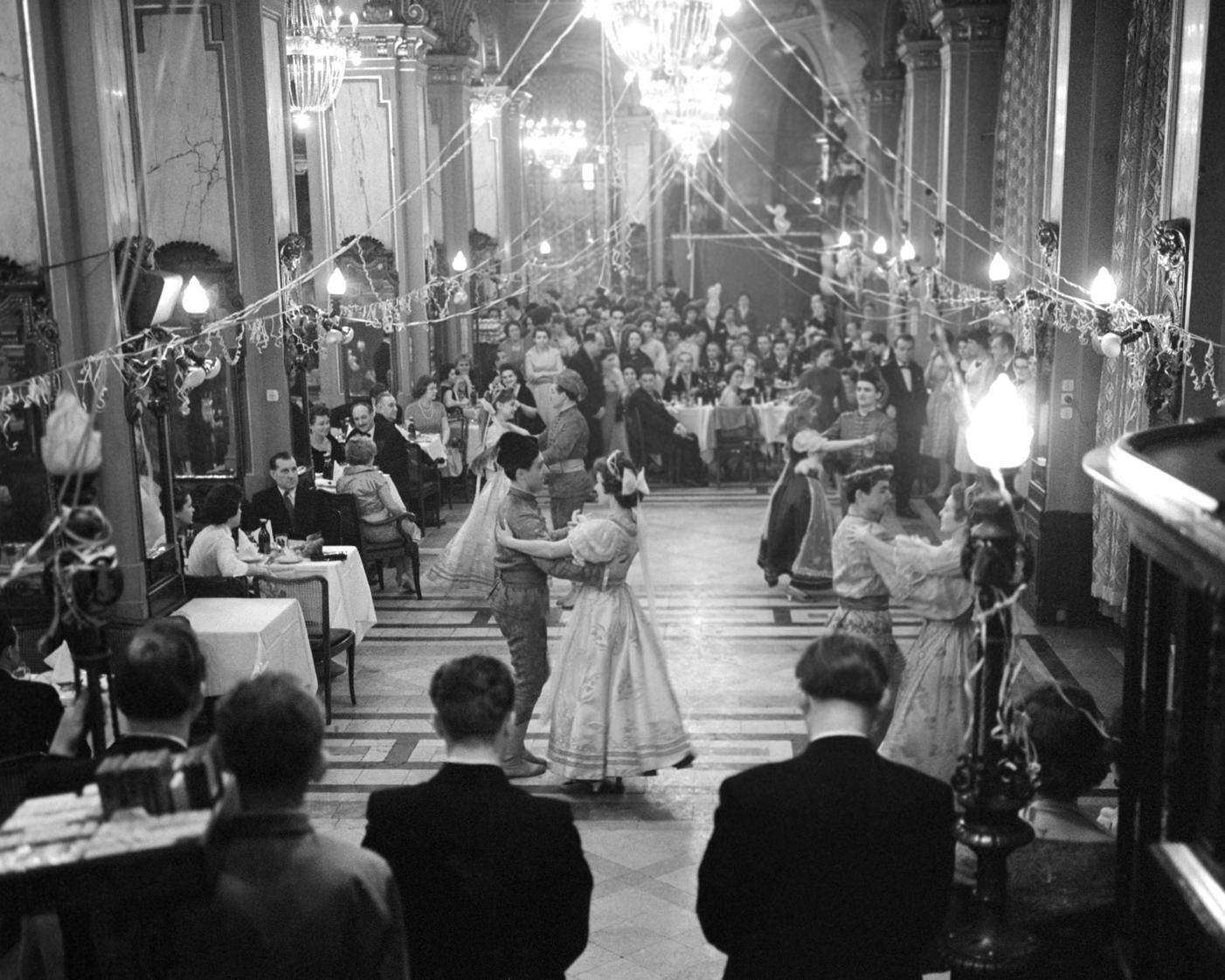 Budapest, 1960. január 2. A palotással nyitják meg az Idegenforgalmi Beszerzési Utazási és Szállítási Rt. (IBUSZ) nemzetközi bálját szilveszterkor a Hungária kávéházban. MTI Fotó: Molnár Edit