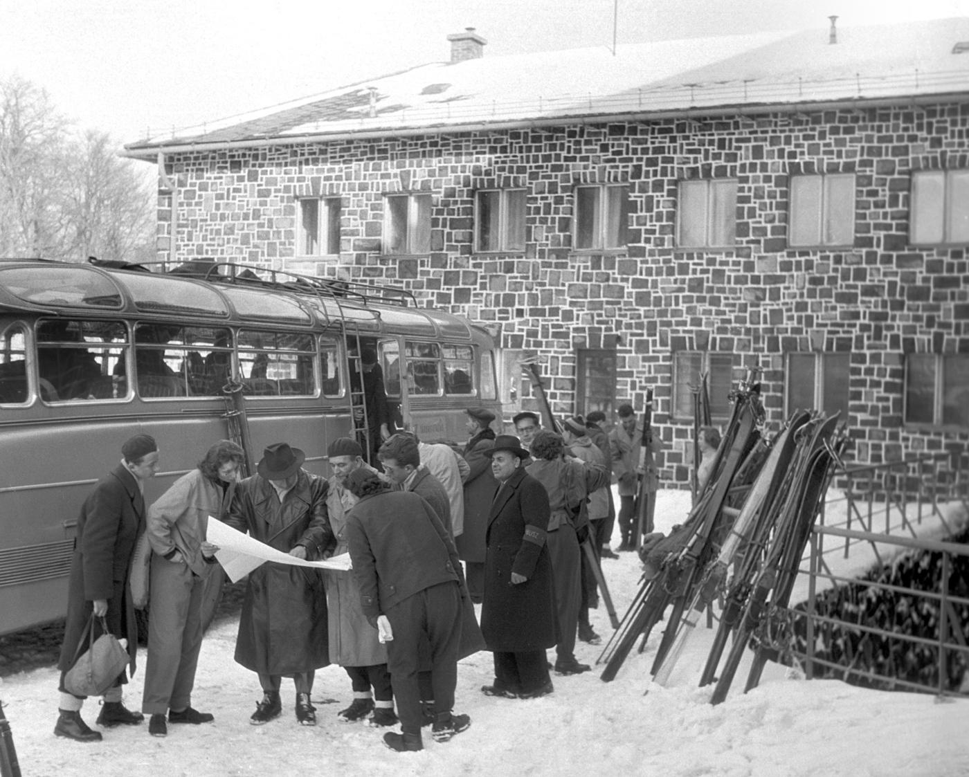 Galyatető, 1957. január 27. Kirándulók térképet néznek, miután megérkeztek Galyatetőre az IBUSZ autóbuszával síelni. Az autóbusz útvonala Budapest - Galyatető - Mátraszentimre - Budapest. MTI Fotó: Fényes Tamás