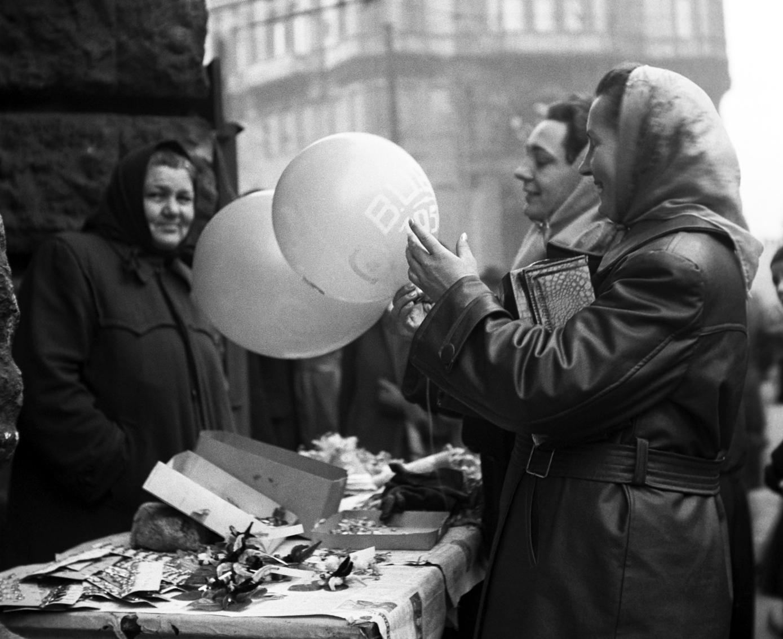 Budapest, 1957. december 30. A járókelők szilveszteri léggömböket vásárolnak az utcai árustól. MTI Fotó: Fényes Tamás